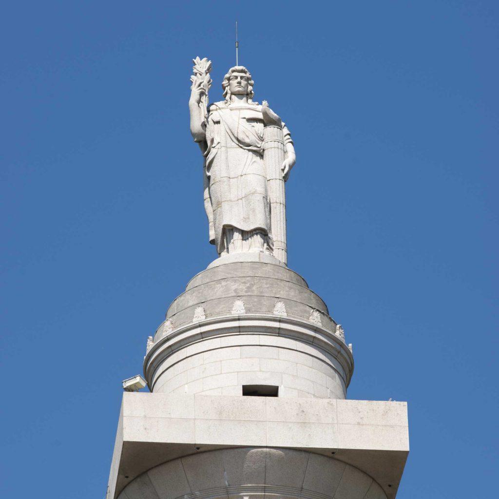 Le génie libérateur dominant la tour américaine de Montfaucon d'Argonne Meuse